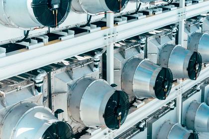 Гигантский завод по высасыванию углерода из атмосферы запустили в Швейцарии