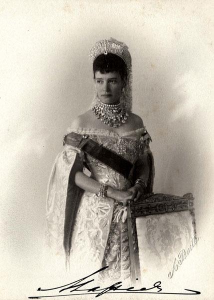 Откуда у Елизаветы II диадема русской императрицы?