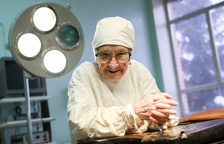 Старейший практикующий хирург России — о боге, Сталине, соевых пирожных и любви к делу