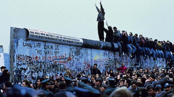 В ночь с 9 на 10 ноября 1989 г. началось разрушение Берлинской стены